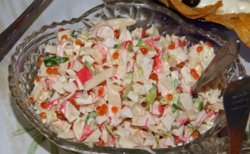 Салат з огірками, крабовими паличками, кальмарами та ікрою
