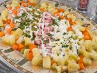 Салат з овочами, сардельками і квасолею