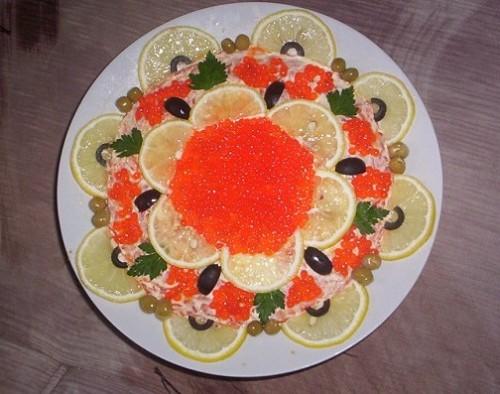 Салат з печінкою тріски і червоною ікрою