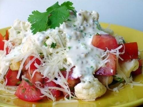 Салат з помідорами і цвітною капустою під сметанним соусом