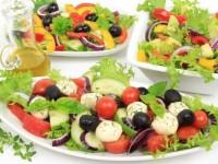 Салат з помідорами, яблуками і кукурудзою по-іспанськи