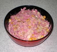 Салат з редькою, куркою, цибулею та кукурудзою «Кудесник»