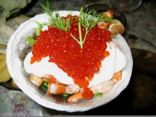 Салат з рисом, креветками й ікрою