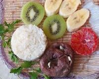 Салат з рисом, серцем і фруктами