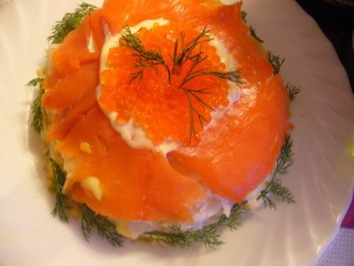 Салат з рибою, огірком і червоною ікрою