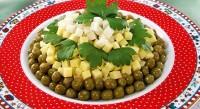 Салат з селерою, сиром і зеленим горошком