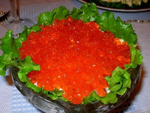 Салат з сьомгою і червоною ікрою