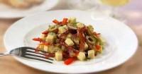Салат з сирокопченою ковбасою і ковбасним сиром