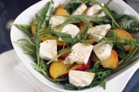 Салат з сиром моцарелла, руколою і персиками