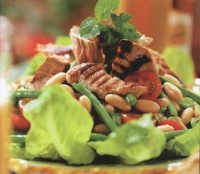 Салат з тунцем, двома видами квасолі і помідорами