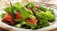 Салат із зеленню і копченим лососем