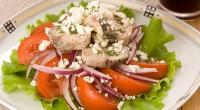 Салат зі скумбрією і помідорами