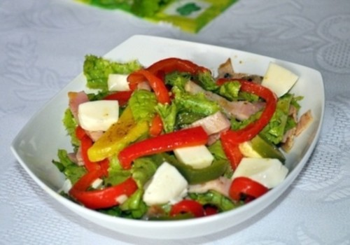 Салат із солодким перцем, бужениною, моцарелою і картоплею