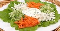 Салат зі свіжими овочами і яблуком