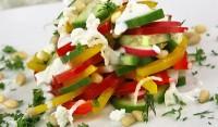 Салат зі свіжими овочами і сиром