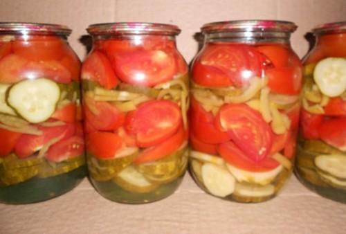 Салат-заготівля з маринованими помідорами, огірками та цибулею