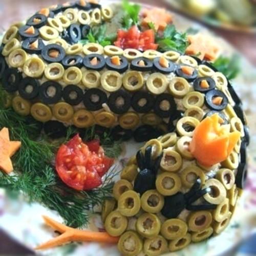 Салат «Змія» з рисом, креветками і ананасом