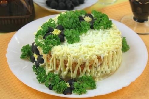 Салати з консервованою горбушею