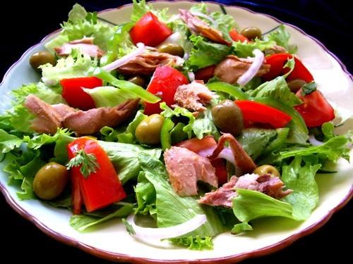 Салати з консервованим тунцем: 8 рецептів
