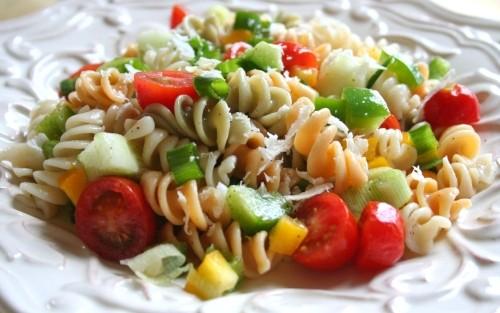 Салати з макаронами: 6 рецептів для ситного перекусу