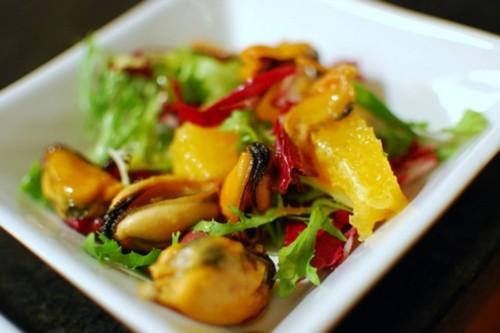Салати з мідіями: 5 рецептів для святкової або простий трапези