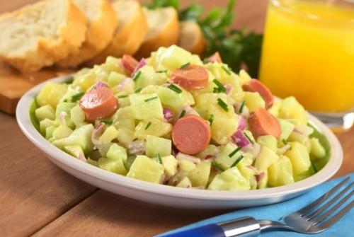 Найпростіші і швидкі салати з сосисками