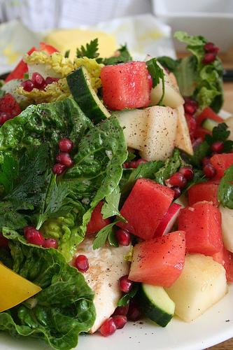 Найкрасивіший салат - зелень, ягоди та овочі