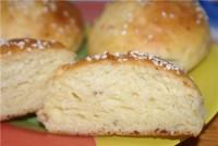 Здобні булочки з ковбасним сиром і кунжутом