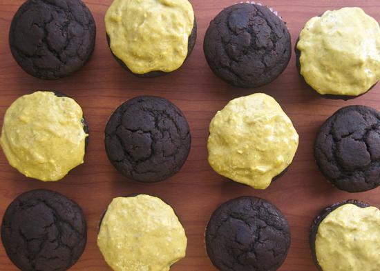 Шоколадні кексики з бананово-сирної глазур'ю