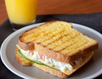 Сендвіч з яєчно-овочевим салатом