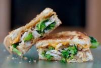 Сендвіч з куркою, брокколі та сиром