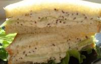 Бутерброд з огірком і яєчним дипом