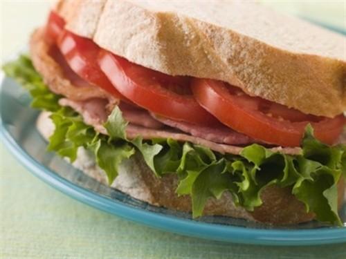 Сендвіч з помідором, беконом і салатом