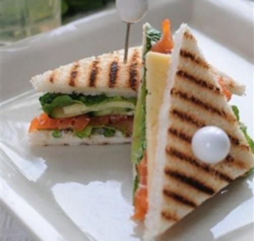 Сендвіч з рибою, овочами і сиром