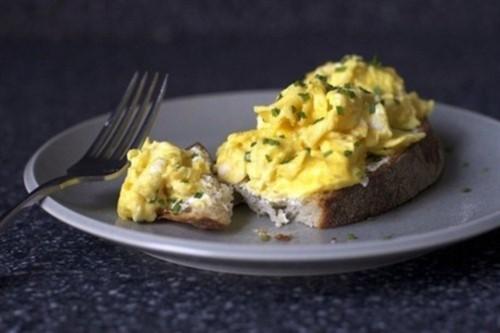 Сендвіч з зеленню, сиром і яйцем