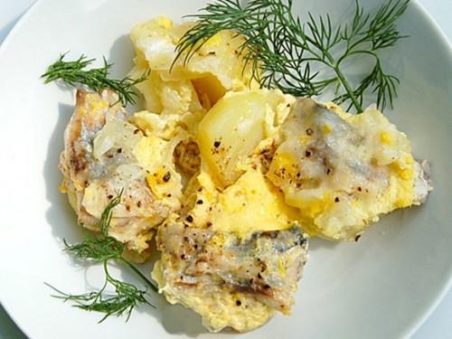Скумбрія (ставрида), запечена з картоплею і молоком