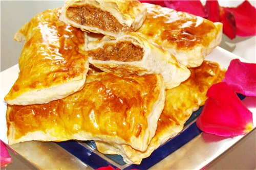 Листкові пиріжки з начинкою з вареного згущеного молока і горіхів