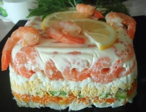 Листковий салат-торт з креветками, авокадо і овочами