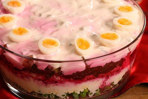 Листковий салат з горохом і перепелиними яйцями