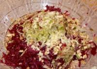 Буряковий салат з горіхами і огірком