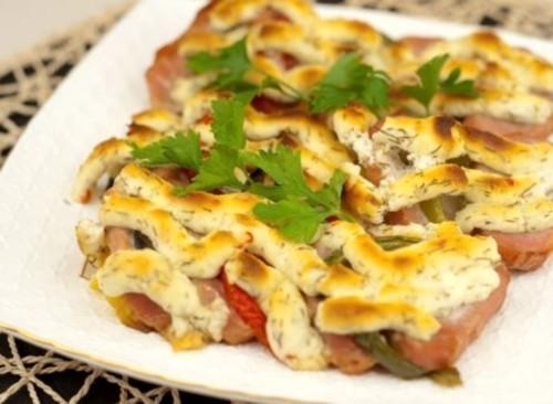 Свинина з овочами під сирною скоринкою