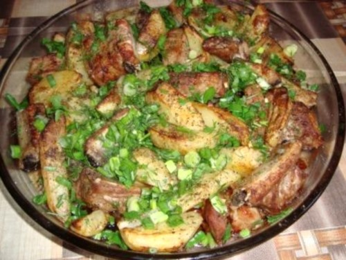 Свинячі реберця з картоплею по-селянськи