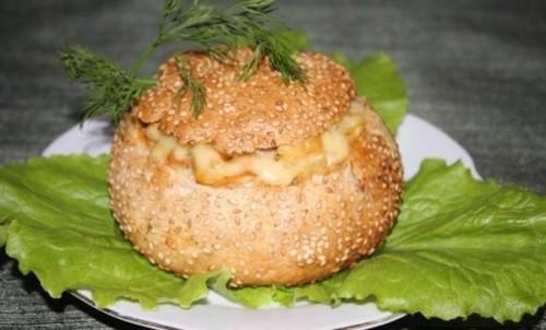Ситний м'ясний салат з сиром та огірками в булочках