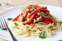 Теплий салат з курки і овочами зі спагеті