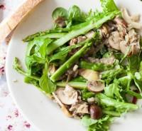 Теплий салат з грибами і спаржею