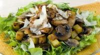 Теплий салат з куркою, грибами і картоплею