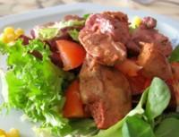 Теплий салат з овочами і курячою печінкою