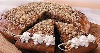 Торт з родзинками і горіхами