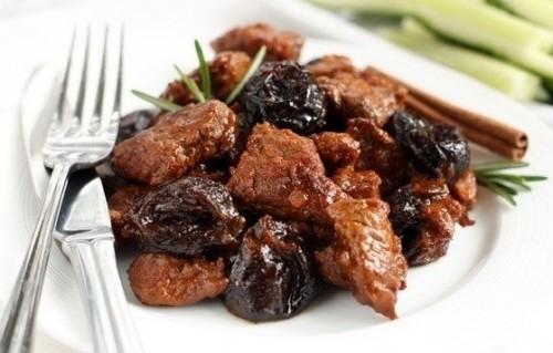 Тушкована яловичина з чорносливом і горіхами в мультиварці