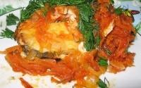 Тушкована з цибулею і солодким перцем риба